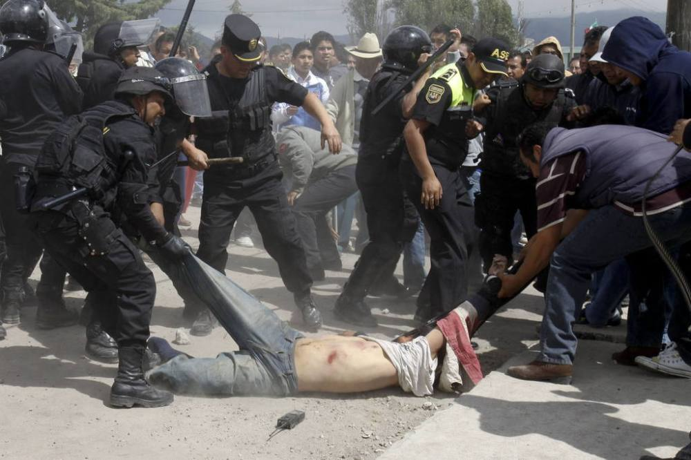 POLICÍAS ESTATALES RESCATAN A UN HOMBRE A PUNTO DE SER LINCHADO